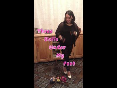 34966 - Three Dolls Under My Feet